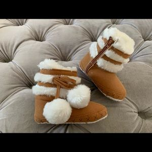 Adorable Faux shearling crib shoes booties 6-12 mo